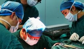 黄毅主任行巨大脑膜瘤切除术中