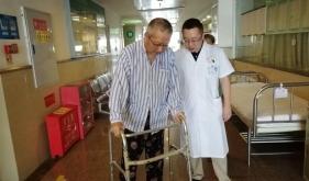 医生指导人工髋关节置换病人下床活动,实现快速康复